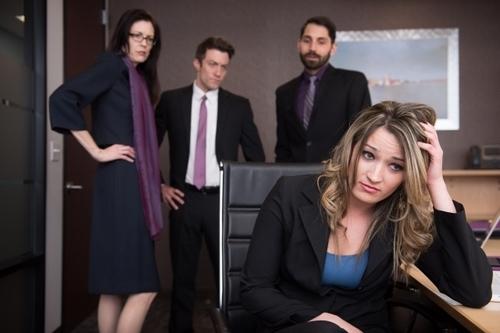 体臭で悩む女性と同僚たち